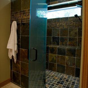 Idéer för att renovera ett mellanstort vintage röd rött en-suite badrum, med luckor med infälld panel, skåp i mellenmörkt trä, en dusch i en alkov, brun kakel, gröna väggar och dusch med gångjärnsdörr