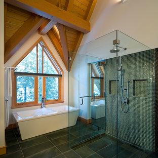 Diseño de cuarto de baño principal, rústico, de tamaño medio, con bañera exenta, ducha a ras de suelo, baldosas y/o azulejos verdes, baldosas y/o azulejos en mosaico, paredes blancas y ducha con puerta con bisagras