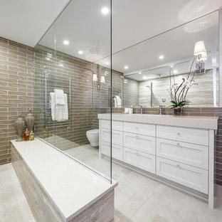 Immagine di una grande stanza da bagno padronale tradizionale con ante bianche, vasca freestanding, piastrelle grigie, pareti grigie, ante in stile shaker, piastrelle in ceramica, pavimento in pietra calcarea, top in quarzo composito e pavimento beige