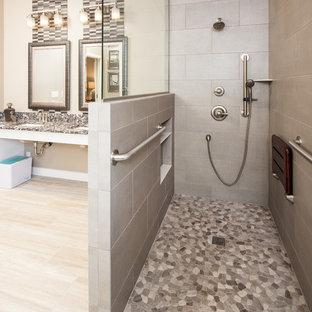 Foto på ett stort vintage flerfärgad en-suite badrum, med möbel-liknande, vita skåp, ett badkar i en alkov, en kantlös dusch, en toalettstol med separat cisternkåpa, beige kakel, glaskakel, beige väggar, klinkergolv i porslin, ett undermonterad handfat, bänkskiva i kvarts, beiget golv och med dusch som är öppen