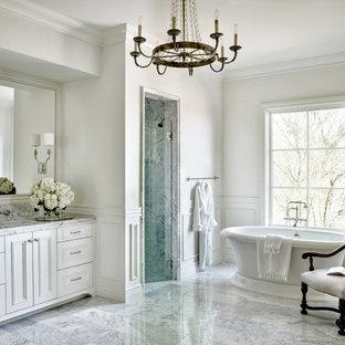 フェニックスのトラディショナルスタイルのおしゃれな浴室 (落し込みパネル扉のキャビネット、白いキャビネット、置き型浴槽、アルコーブ型シャワー、グレーのタイル、白い壁、アンダーカウンター洗面器、グレーの床、開き戸のシャワー、グレーの洗面カウンター、洗面台1つ、造り付け洗面台、羽目板の壁) の写真