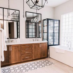 Ispirazione per una stanza da bagno tradizionale con ante in stile shaker, ante in legno scuro, vasca freestanding, pareti grigie, lavabo sottopiano, pavimento beige, top bianco, due lavabi e mobile bagno incassato