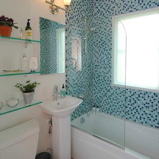 Esempio di una piccola stanza da bagno con doccia minimal con lavabo a colonna, vasca ad alcova, vasca/doccia, WC a due pezzi, piastrelle blu, pareti bianche, pavimento con piastrelle in ceramica e piastrelle di vetro