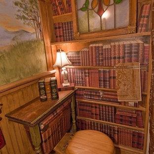 Cette image montre une petit salle d'eau traditionnelle avec des portes de placard en bois brun, un plan de toilette en bois, un WC à poser, un carrelage marron, un carrelage de pierre, un mur multicolore et un sol en ardoise.