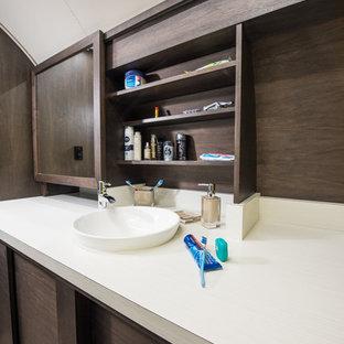 Foto di una piccola stanza da bagno padronale moderna con lavabo a bacinella, ante lisce, ante in legno bruno, top in laminato, WC monopezzo, piastrelle bianche, piastrelle di vetro, pareti gialle e pavimento in vinile