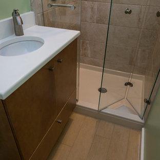Idéer för ett litet modernt en-suite badrum, med ett undermonterad handfat, släta luckor, skåp i mellenmörkt trä, bänkskiva i kvarts, en dusch i en alkov, en toalettstol med separat cisternkåpa, flerfärgad kakel, porslinskakel, gröna väggar och klinkergolv i porslin