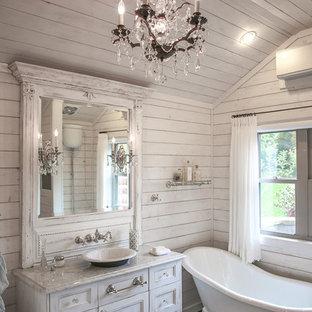 Ispirazione per una piccola stanza da bagno padronale stile shabby con lavabo a bacinella, ante lisce, ante con finitura invecchiata, top in marmo, vasca con piedi a zampa di leone, piastrelle nere, piastrelle in gres porcellanato, pareti bianche e pavimento con piastrelle in ceramica