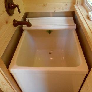 Foto di una piccola stanza da bagno con doccia etnica con vasca giapponese e parquet scuro