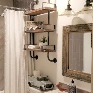Immagine di una piccola stanza da bagno per bambini industriale con ante bianche, vasca ad alcova, vasca/doccia, piastrelle grigie, piastrelle in gres porcellanato, pareti bianche, lavabo sottopiano, top in quarzite, doccia con tenda e top bianco