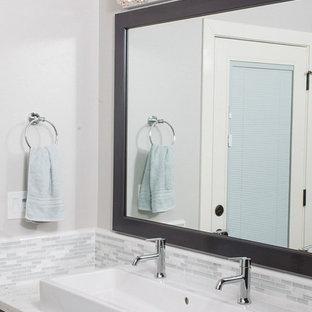 Idee per una grande stanza da bagno padronale classica con ante con riquadro incassato, ante in legno bruno, piastrelle grigie, piastrelle bianche, piastrelle a listelli, pareti bianche, pavimento in compensato, lavabo rettangolare, top in quarzite e doccia alcova