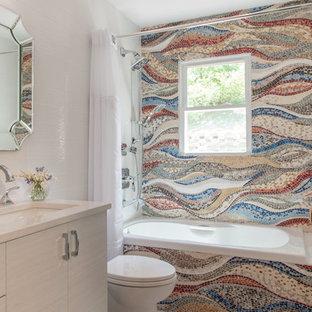 Idée de décoration pour une petit salle de bain principale design avec un placard à porte plane, des portes de placard beiges, une baignoire posée, un carrelage multicolore, carrelage en mosaïque, un sol en marbre, un lavabo encastré, un plan de toilette en quartz modifié, un sol blanc, une cabine de douche avec un rideau, un plan de toilette beige et un combiné douche/baignoire.