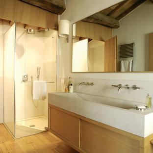 Ispirazione per una stanza da bagno padronale rustica con lavabo rettangolare, ante lisce, ante in legno chiaro, doccia ad angolo, pareti bianche e pavimento in legno massello medio