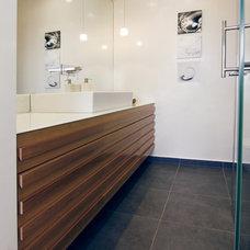 Modern Bathroom by Tali Stoff
