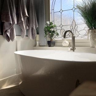 Großes Klassisches Badezimmer En Suite mit Schrankfronten mit vertiefter Füllung, gelben Schränken, freistehender Badewanne, Eckdusche, Wandtoilette mit Spülkasten, beigefarbenen Fliesen, Keramikfliesen, blauer Wandfarbe, Porzellan-Bodenfliesen, Unterbauwaschbecken, Granit-Waschbecken/Waschtisch, grauem Boden, Falttür-Duschabtrennung und bunter Waschtischplatte in Atlanta