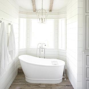 Ispirazione per una grande stanza da bagno padronale in campagna con vasca freestanding