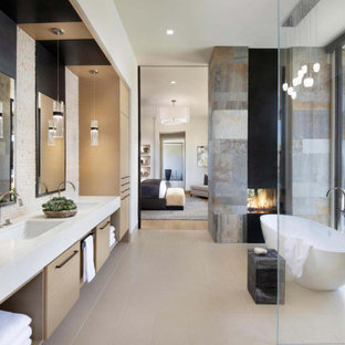 Foto på ett mycket stort funkis vit en-suite badrum, med släta luckor, skåp i mellenmörkt trä, ett fristående badkar, en dubbeldusch, beige kakel, porslinskakel, vita väggar, ett undermonterad handfat, bänkskiva i kvarts, beiget golv och dusch med gångjärnsdörr