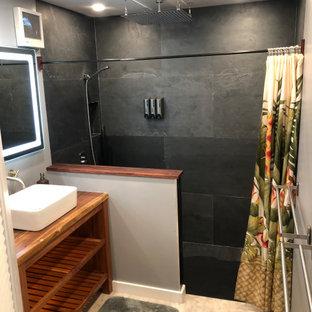 Esempio di una piccola stanza da bagno con doccia moderna con ante in legno scuro, doccia aperta, WC a due pezzi, piastrelle nere, piastrelle in ardesia, lavabo a bacinella, top in legno, un lavabo e mobile bagno freestanding