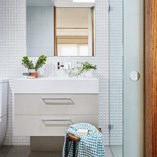 Idées déco pour une petite salle d'eau contemporaine avec des portes de placard beiges, des carreaux de porcelaine, un mur blanc, un plan de toilette en surface solide, un placard à porte plane, une douche à l'italienne et un lavabo intégré.