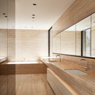 Imagen de cuarto de baño principal, contemporáneo, grande, con armarios con paneles lisos, puertas de armario naranjas, baldosas y/o azulejos naranja, baldosas y/o azulejos de piedra y encimera de piedra caliza