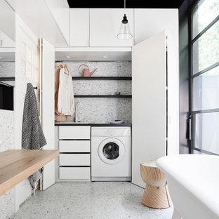Idée de décoration pour une salle de bain design de taille moyenne avec une baignoire indépendante, un sol en carrelage de terre cuite, des portes de placard blanches, une douche ouverte, un carrelage blanc, carrelage en mosaïque, un mur blanc, un plan de toilette en bois, un plan de toilette marron et buanderie.