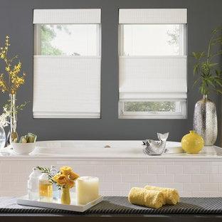 Foto di una stanza da bagno padronale etnica di medie dimensioni con vasca da incasso, piastrelle bianche, piastrelle diamantate, pareti grigie e parquet chiaro