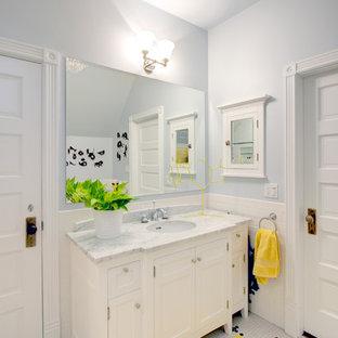 Ejemplo de cuarto de baño infantil, contemporáneo, de tamaño medio, con baldosas y/o azulejos de cemento, armarios con paneles empotrados, puertas de armario blancas, sanitario de dos piezas, baldosas y/o azulejos blancos, paredes grises, lavabo bajoencimera, encimera de mármol y suelo con mosaicos de baldosas