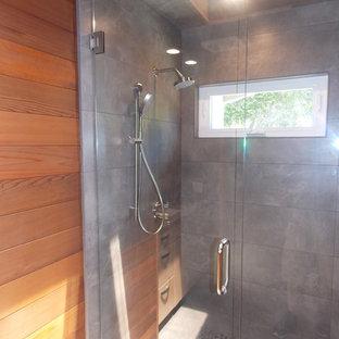 Foto di una piccola stanza da bagno con doccia minimalista con ante lisce, ante beige, vasca da incasso, doccia aperta, WC monopezzo, piastrelle grigie, lastra di pietra, pareti verdi, parquet chiaro, lavabo da incasso e top in superficie solida