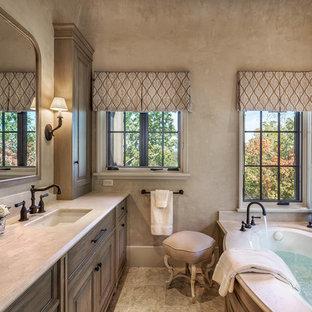 Idee per una grande stanza da bagno padronale mediterranea con ante in legno chiaro, vasca ad alcova, pareti beige, lavabo sottopiano, ante con bugna sagomata, WC monopezzo, pavimento con piastrelle in ceramica, top in quarzite e pavimento multicolore