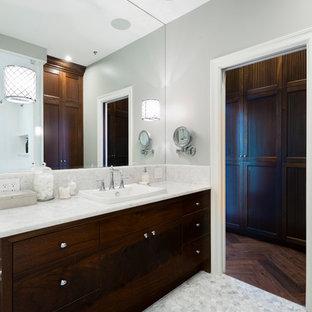Выдающиеся фото от архитекторов и дизайнеров интерьера: главная ванная комната среднего размера в стиле современная классика с накладной раковиной, плоскими фасадами, темными деревянными фасадами, столешницей из оникса, угловым душем, унитазом-моноблоком, белой плиткой, каменной плиткой, серыми стенами и мраморным полом