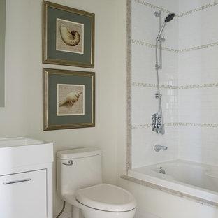Idee per una stanza da bagno padronale minimal di medie dimensioni con ante lisce, ante bianche, vasca freestanding, doccia aperta, WC monopezzo, piastrelle beige, piastrelle in pietra, pareti bianche, pavimento con piastrelle in ceramica, lavabo rettangolare e top piastrellato