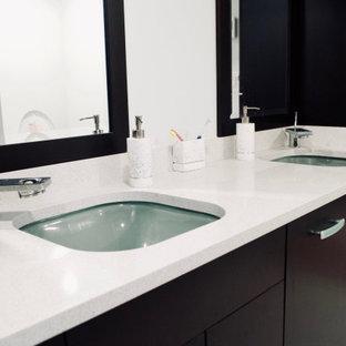 トロントの中くらいのトランジショナルスタイルのおしゃれなマスターバスルーム (フラットパネル扉のキャビネット、濃色木目調キャビネット、アルコーブ型シャワー、分離型トイレ、黒いタイル、磁器タイル、磁器タイルの床、アンダーカウンター洗面器、人工大理石カウンター、ベージュの床、開き戸のシャワー、ベージュのカウンター、洗面台2つ、造り付け洗面台) の写真