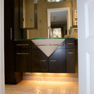 Immagine di una piccola stanza da bagno con doccia moderna con ante lisce, ante in legno bruno, pareti marroni, pavimento in mattoni, lavabo sottopiano, top in vetro, pavimento bianco e top verde