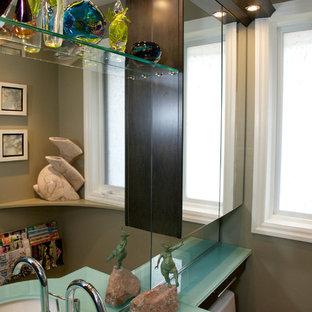 Idee per una piccola stanza da bagno con doccia minimalista con ante lisce, ante in legno bruno, pareti marroni, pavimento in mattoni, lavabo sottopiano, top in vetro, pavimento bianco e top verde