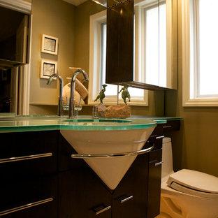 Ispirazione per una piccola stanza da bagno con doccia minimalista con ante lisce, ante in legno bruno, pareti marroni, pavimento in mattoni, lavabo sottopiano, top in vetro, pavimento bianco e top verde