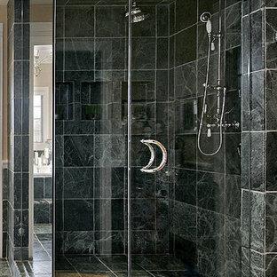 トロントの大きいモダンスタイルのおしゃれなマスターバスルーム (コーナー設置型シャワー、黒いタイル、セラミックタイル、黒い壁、セラミックタイルの床) の写真