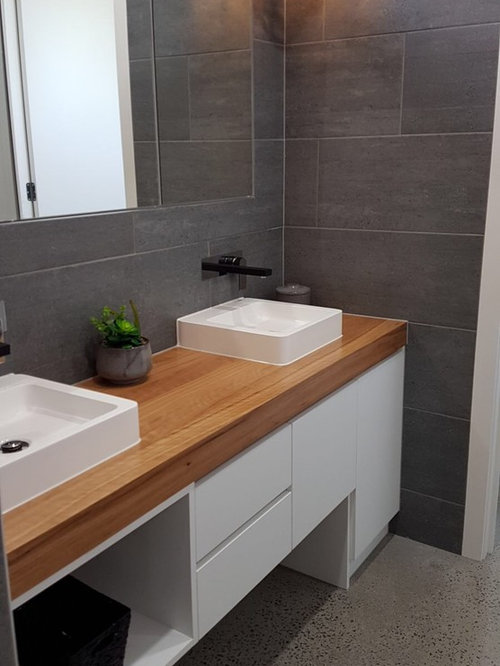 Example of a transitional bathroom design in Geelong