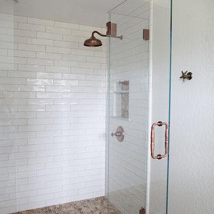 Ejemplo de cuarto de baño con ducha, costero, de tamaño medio, con armarios con paneles empotrados, puertas de armario blancas, ducha empotrada, sanitario de dos piezas, baldosas y/o azulejos beige, baldosas y/o azulejos grises, baldosas y/o azulejos multicolor, baldosas y/o azulejos en mosaico, paredes blancas, suelo de madera oscura, lavabo encastrado y encimera de cuarzo compacto