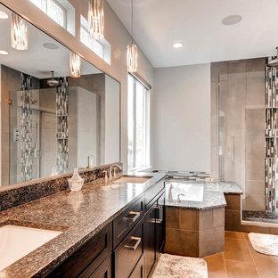 Ispirazione per una stanza da bagno padronale minimal di medie dimensioni con ante in stile shaker, ante nere, top in granito, vasca sottopiano, doccia aperta, piastrelle grigie, pareti grigie, pavimento con piastrelle di ciottoli e piastrelle a listelli