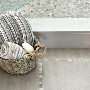 Inspiration för ett mellanstort vintage badrum, med luckor med profilerade fronter, beige skåp, en dusch i en alkov, en toalettstol med separat cisternkåpa, vit kakel, keramikplattor, beige väggar, klinkergolv i keramik, ett undermonterad handfat, bänkskiva i kvarts, beiget golv och dusch med gångjärnsdörr