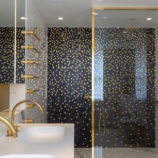 Foto de cuarto de baño bohemio con baldosas y/o azulejos negros, baldosas y/o azulejos blancos, lavabo integrado y suelo blanco
