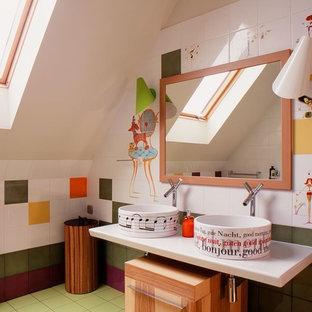 Foto på ett funkis badrum, med flerfärgad kakel, keramikplattor, ett fristående handfat, släta luckor och skåp i mellenmörkt trä