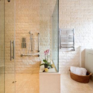 Immagine di una grande stanza da bagno padronale tradizionale con doccia ad angolo, WC a due pezzi, piastrelle beige, piastrelle di pietra calcarea, pareti beige, pavimento in travertino, pavimento beige e porta doccia scorrevole