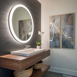 Großes Modernes Duschbad mit flächenbündigen Schrankfronten, weißen Fliesen, weißer Wandfarbe, grauem Boden, hellbraunen Holzschränken, Einbauwaschbecken, Waschtisch aus Holz, brauner Waschtischplatte, Einzelwaschbecken, schwebendem Waschtisch und Holzdielenwänden in Sonstige