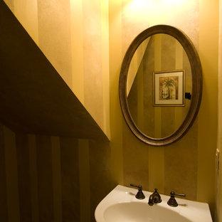 Mittelgroßes Klassisches Duschbad mit Wandtoilette mit Spülkasten, gelber Wandfarbe, Vinylboden und Sockelwaschbecken in Atlanta