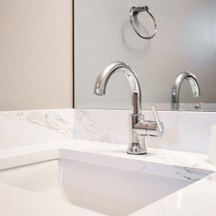 Источник вдохновения для домашнего уюта: маленькая ванная комната в стиле модернизм с плоскими фасадами, светлыми деревянными фасадами, душем в нише, раздельным унитазом, белой плиткой, плиткой кабанчик, бежевыми стенами, пробковым полом, душевой кабиной, врезной раковиной, столешницей из искусственного кварца, красным полом, душем с распашными дверями, белой столешницей, нишей, тумбой под две раковины и встроенной тумбой