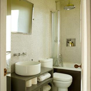 Свежая идея для дизайна: ванная комната в стиле современная классика с стеклянными фасадами, серыми фасадами, ванной в нише, душем над ванной, белой плиткой, плиткой мозаикой, полом из мозаичной плитки, настольной раковиной, белым полом, серой столешницей, нишей, тумбой под одну раковину и напольной тумбой - отличное фото интерьера