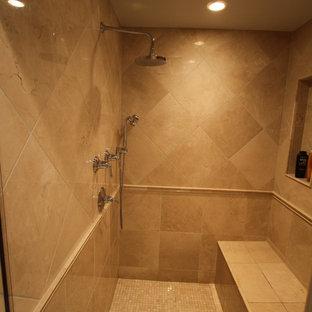 Стильный дизайн: главная ванная комната среднего размера в классическом стиле с врезной раковиной, фасадами с выступающей филенкой, светлыми деревянными фасадами, столешницей из гранита, накладной ванной, душем в нише, раздельным унитазом, бежевой плиткой, каменной плиткой, серыми стенами и мраморным полом - последний тренд