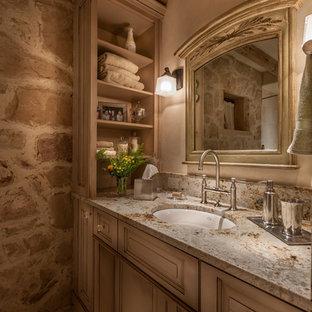 Idee per una stanza da bagno con doccia classica di medie dimensioni con ante con bugna sagomata, lavabo sottopiano, ante con finitura invecchiata, piastrelle beige, pareti beige, pavimento in gres porcellanato e top in granito