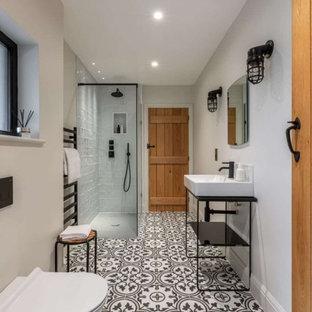 Esempio di una grande stanza da bagno padronale design con WC sospeso, pareti beige, lavabo a consolle, pavimento multicolore, doccia aperta, doccia ad angolo, nicchia e un lavabo