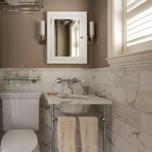 Idee per una stanza da bagno classica con lavabo a consolle e piastrelle di marmo